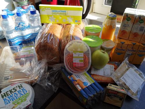 Bij Zus' boodschappenwagen met vooral koelkast spullen!