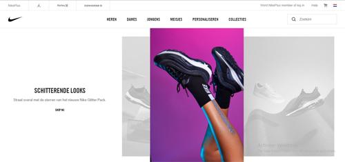 Een paar Nikes uit nieuwe collectie Bij Zus