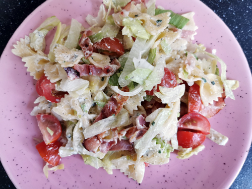 Ons avondeten #6-#7 frietje zuurvlees en BLT pastasalade