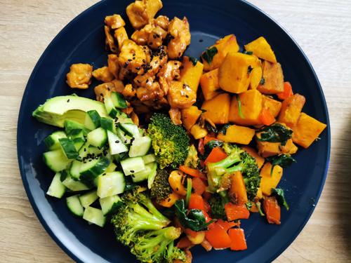 Recept: buddha bowl met zalm en zoete aardappel