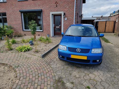 rechterbaan blauwe Volkswagen Polo